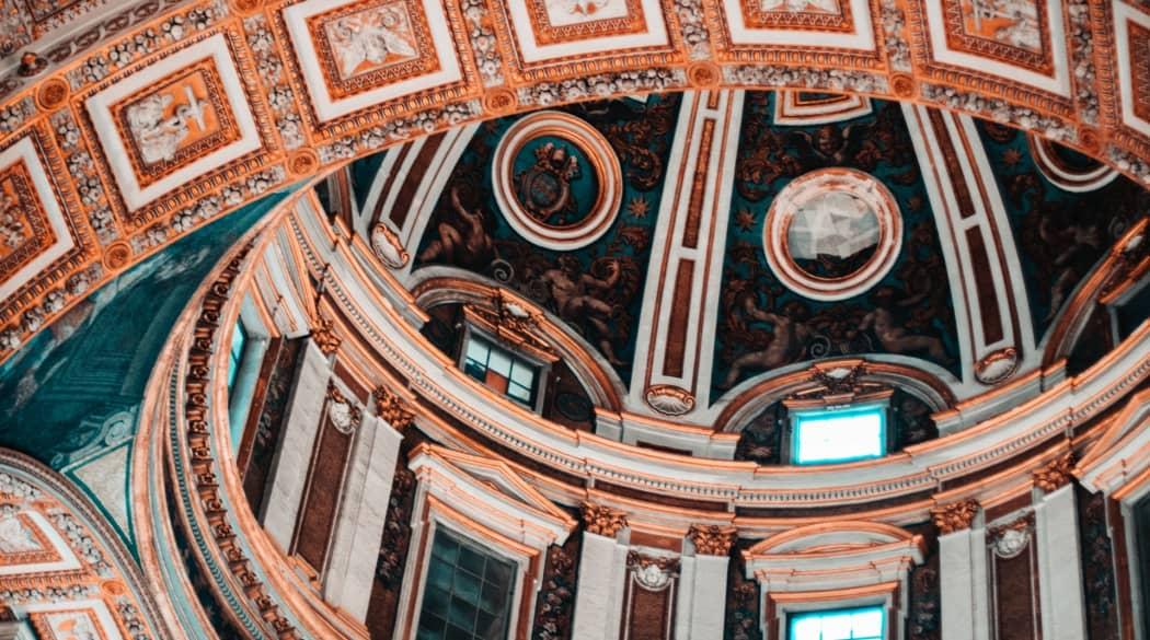 Detailansicht der Deckenverzierung des Petersdom in Rom