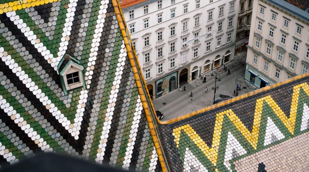 Stephansdom in Wien mit buntem Biberschwanz-Dach