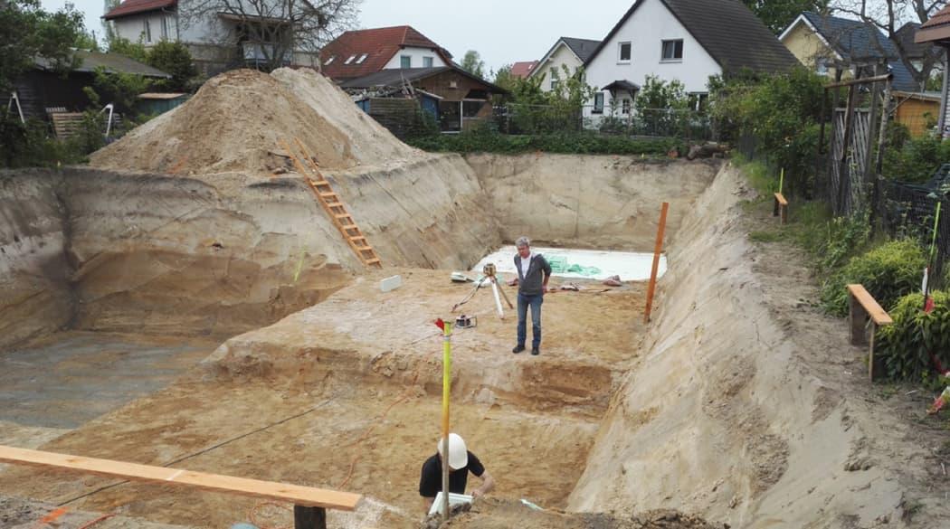 Ein Haus aus Kork in Berlin: die Baugrube wird ausgehoben
