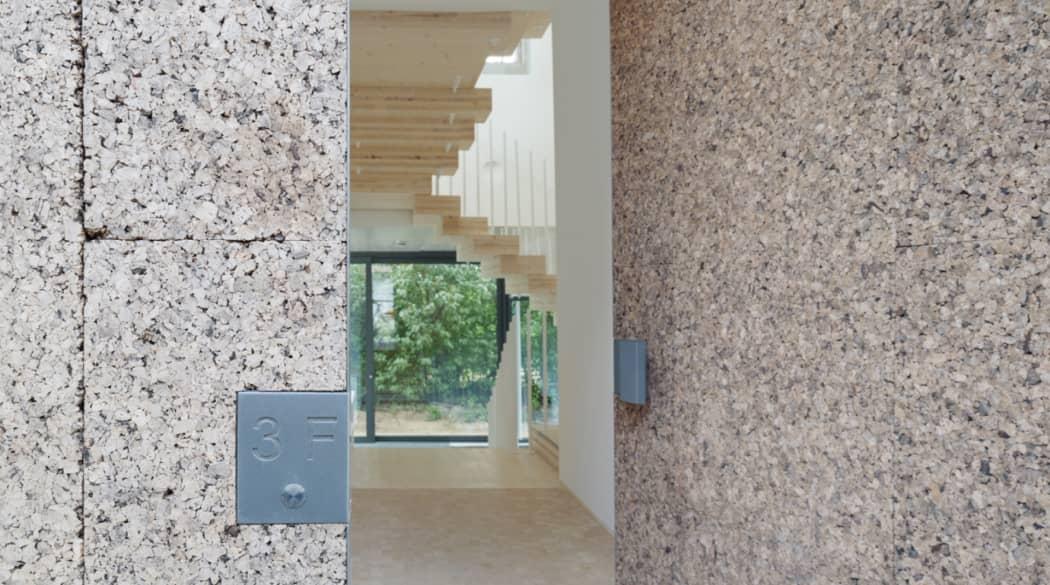 Ein Haus aus Kork in Berlin: Blick durch die offene Haustür aus Kork ins Innere
