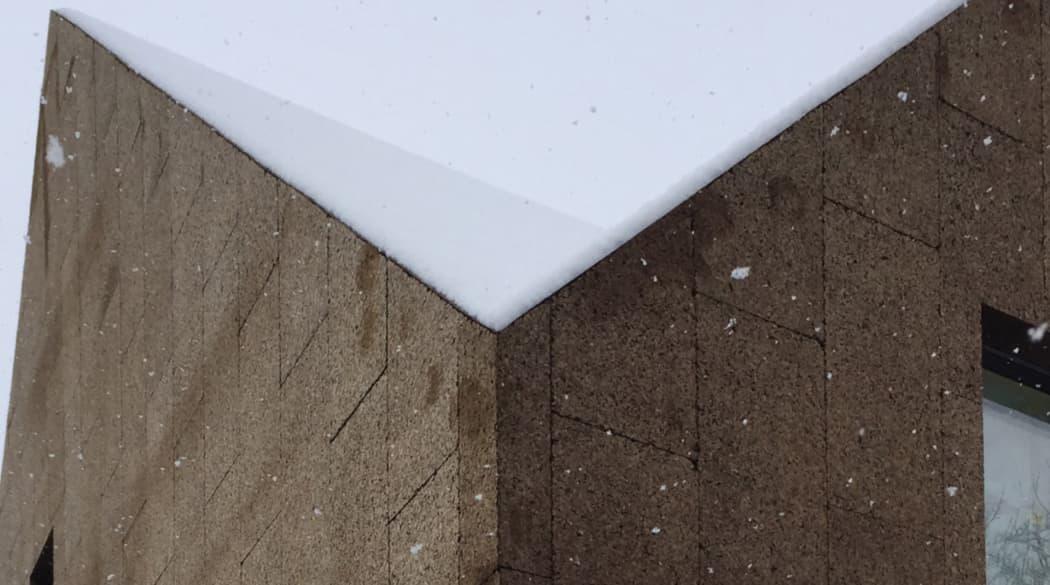 Ein Haus aus Kork in Berlin: Schnee auf dem Dach