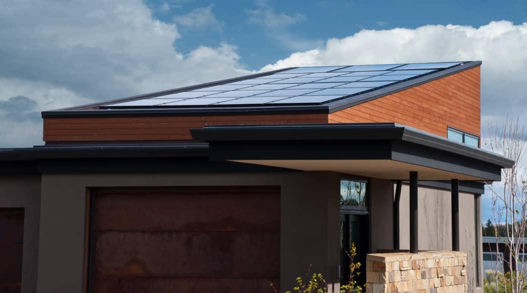Traditionelle Dächer: ein modernes Pultdach mit Solaranlage darauf