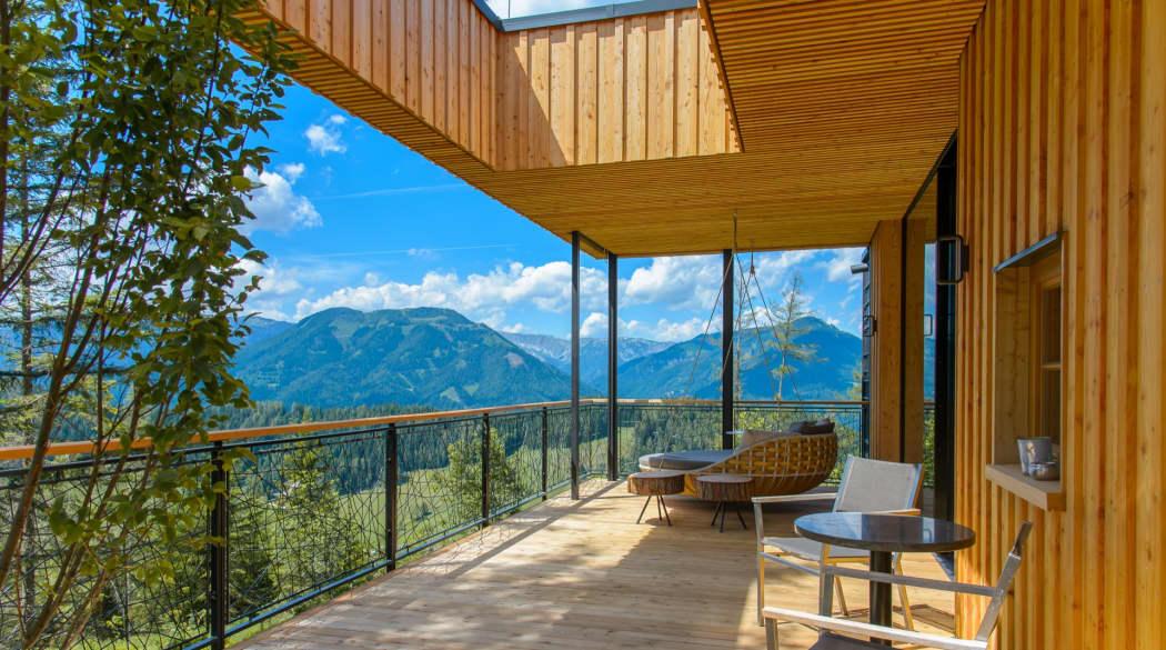 Mountain Chalets in Turnau, Österreich: vier Vogelhäuser deluxe, hier die Außenterrasse