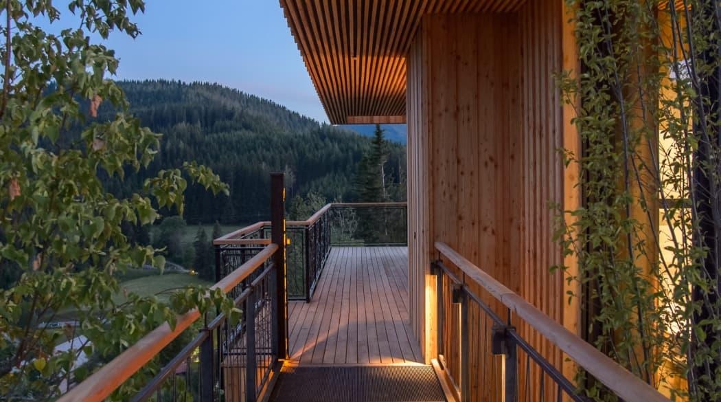 Mountain Chalets in Turnau, Österreich: vier Vogelhäuser deluxe, hier der Außenzugang im Abendlicht