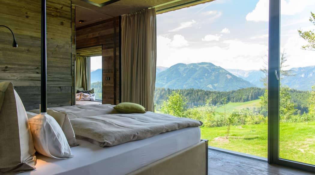 Mountain Chalets in Turnau, Österreich: vier Vogelhäuser deluxe, hier der Innenraum mit Bett