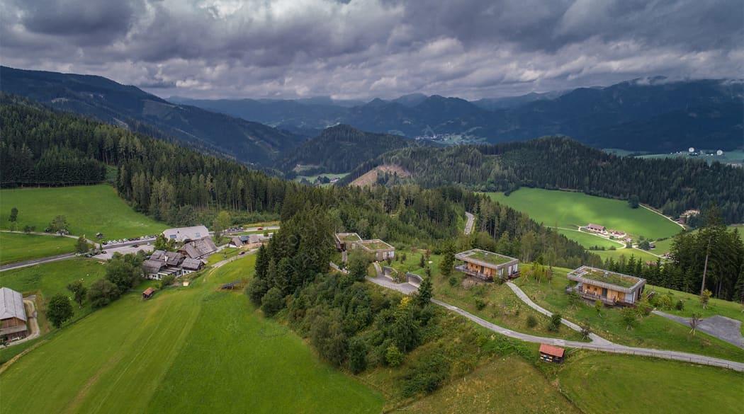 Mountain Chalets in Turnau, Österreich: vier Vogelhäuser deluxe im Blick von oben samt Zufahrsstraße