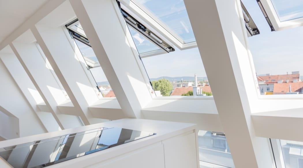 Dachfenster austauschen: eine tageslichthelle Küche