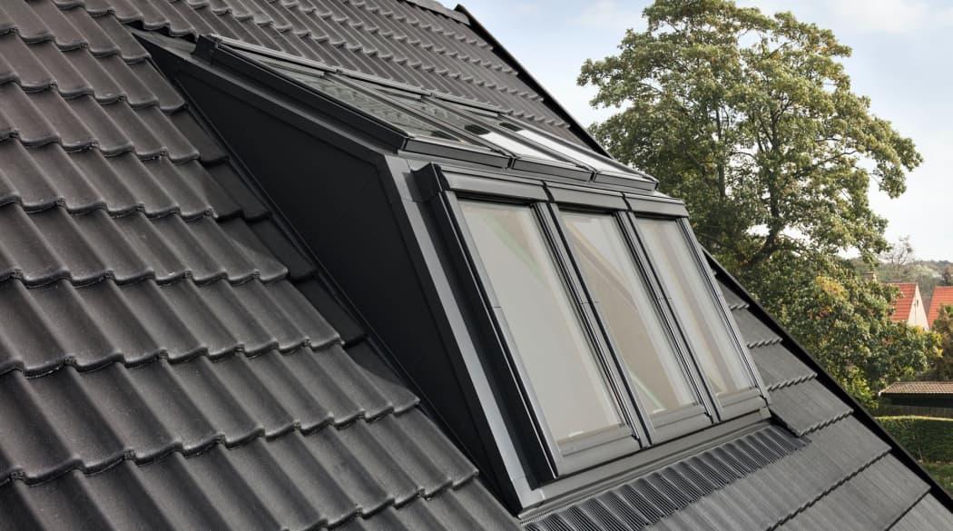 Dachfenster austauschen: ein Dach mit Velux-Panorama-Fenstern