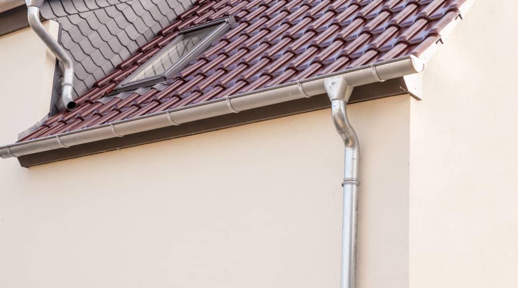 Dachentwässerung: ein Haus mit Aluminiumdachrinne