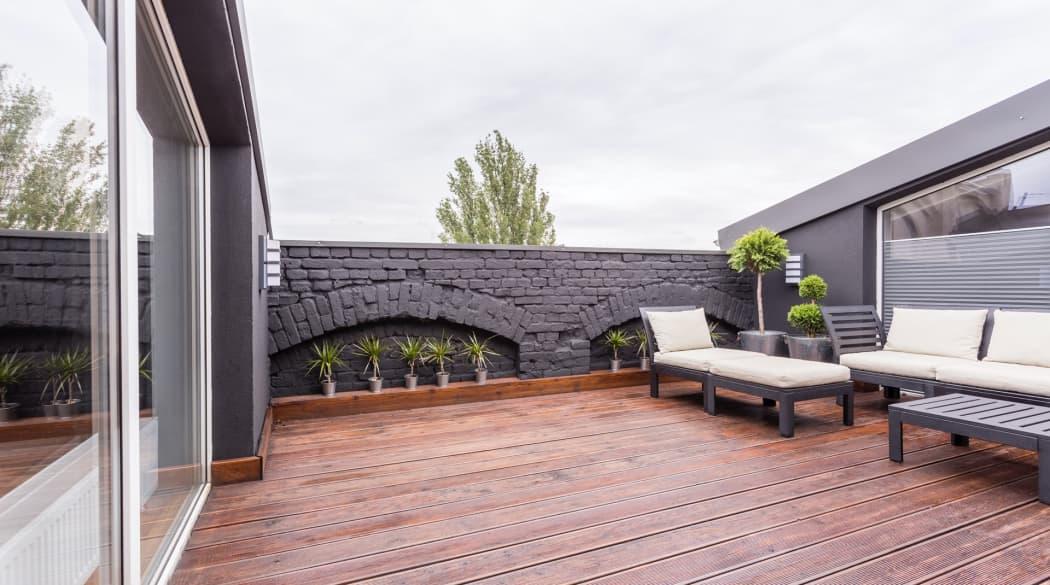 Dacharbeiten Jahresplaner: Eine Dachterrasse mit Liegemöbeln