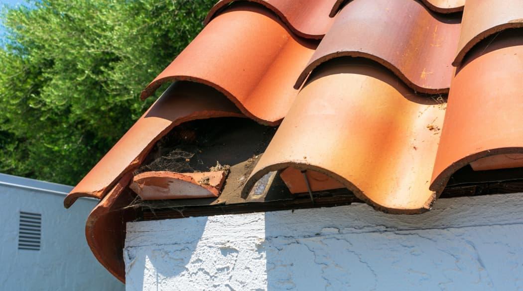 Dacharbeiten Jahresplaner: ein Dach mit roten Ziegeln, dem ein am unteren ein Ziegel fehlt