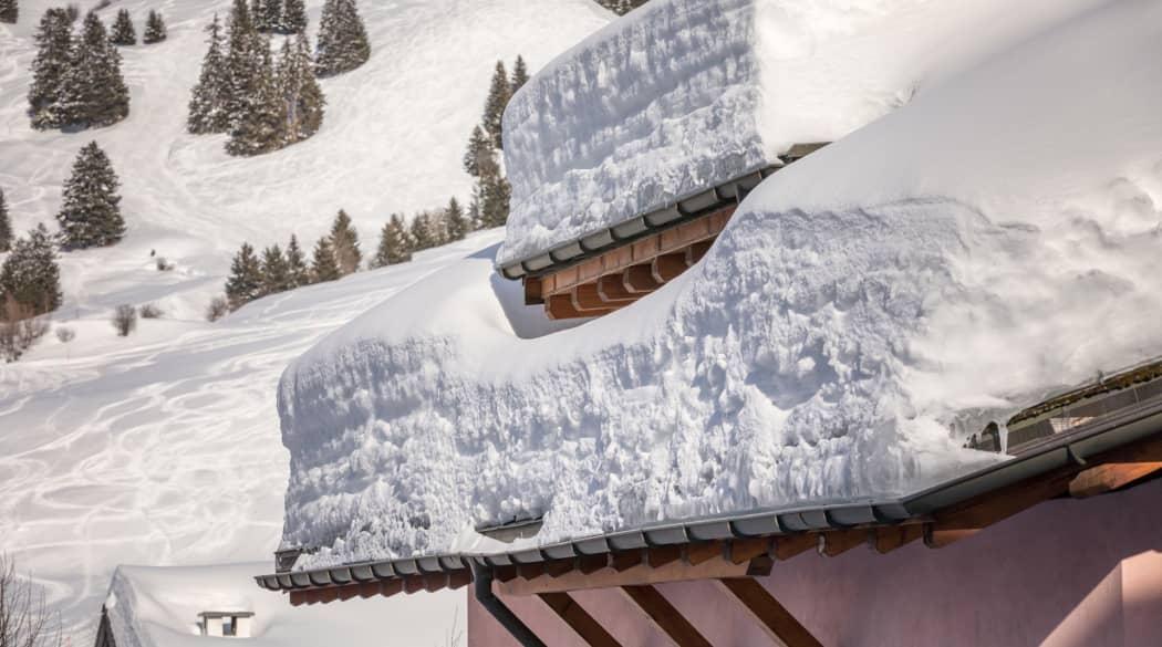 Dacharbeiten Jahresplaner: ein Dach mit einer dicken Schneedecke darauf