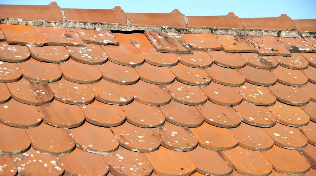 Schwachstellen am Steildach: ein in die Jahre gekommener Dachfirst mit roten Ziegeln