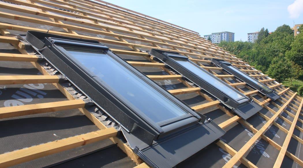 Typische Schwachstellen am Steildach: ein noch nicht eingedecktes neues Dach mit drei Dachsfenstern