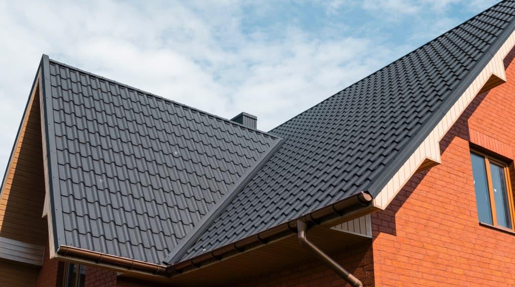 Typische Schwachstellen am Steildach: ein Haus mit dunkel gedecktem Dach
