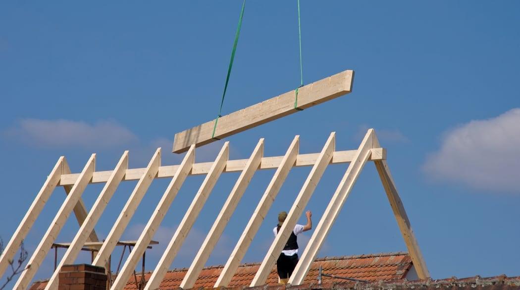 Typische Schwachstellen am Steildach: Der Dachstuhl eines Neubaus wird errichtet