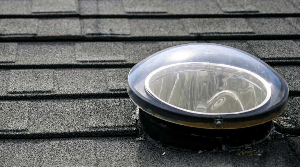 Der Lichtsammler eines Tageslichtspots auf einem Dach