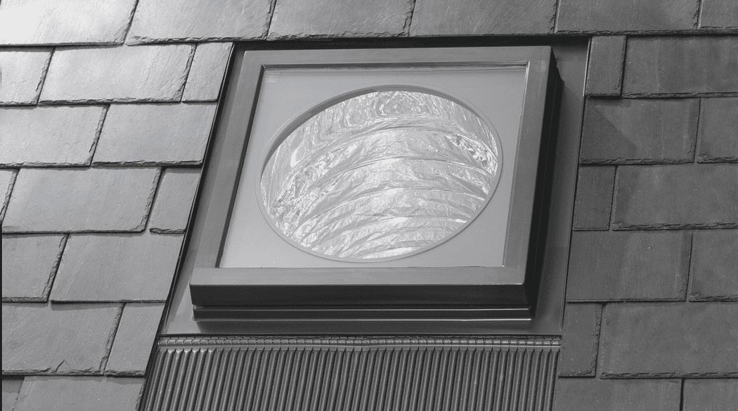 Ein Tageslichtspot in einem dunklen Dach