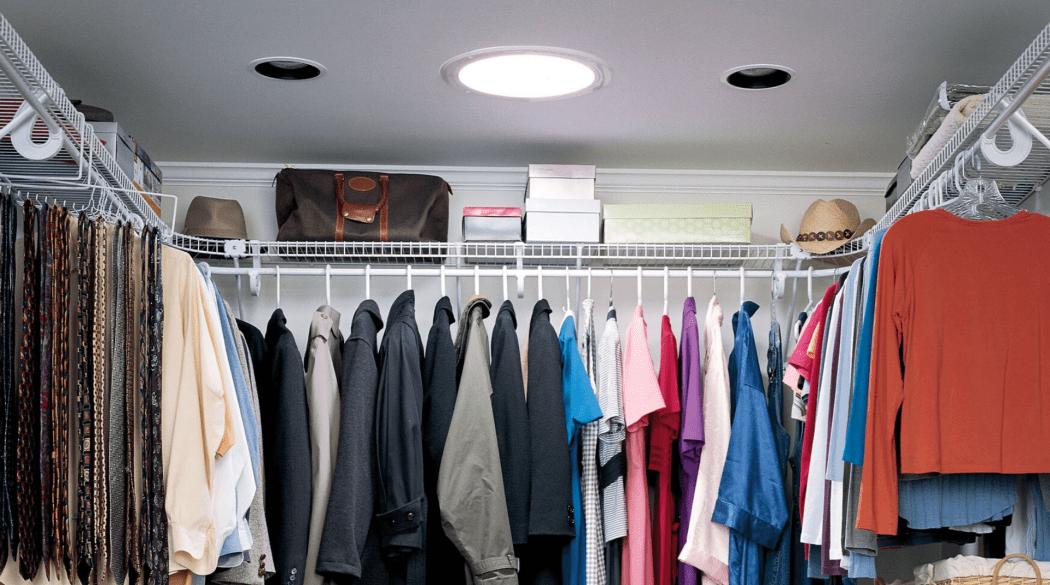 Ein von einem Tageslichtspot erleuchteter begehbarer Kleiderschrank