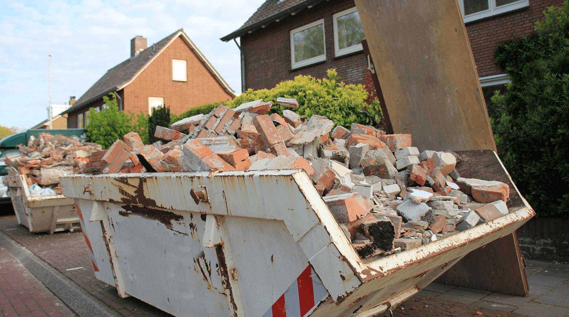 Bauschuttcontainer vor Haus