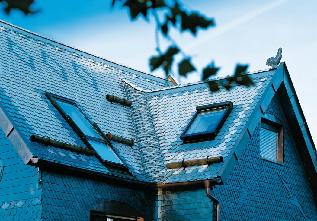 Schneelast auf dem Dach: ein Haus mit Schneefanghoelzern