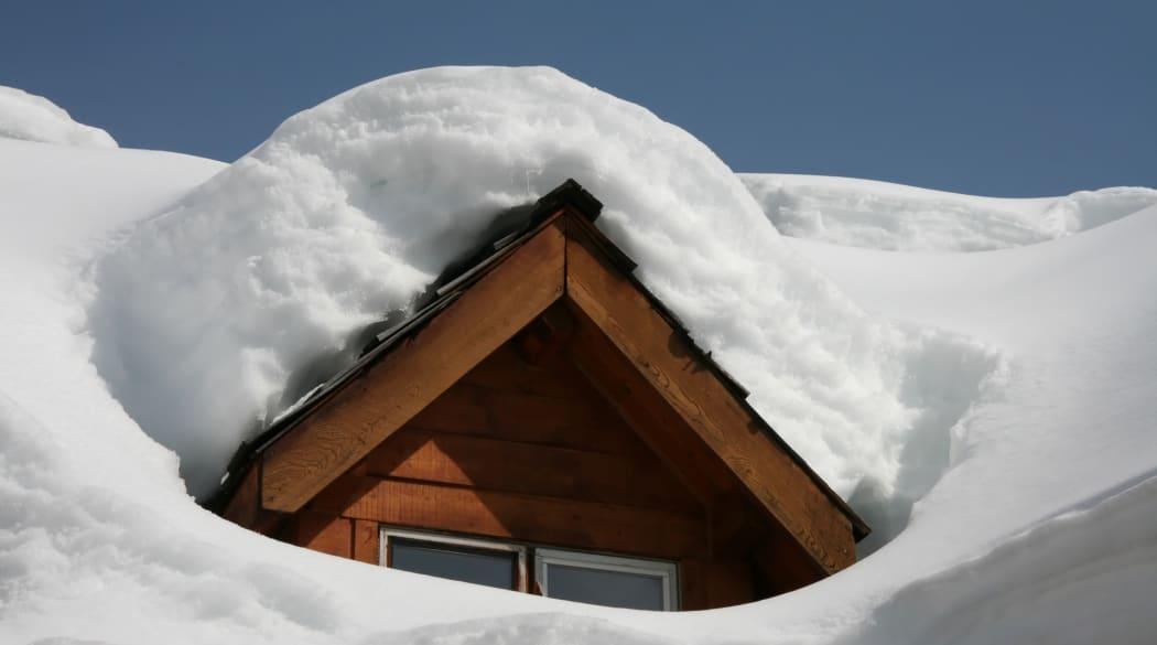 Schneelast auf dem Dach: ein eingeschneites Dach mit Spitzgaube