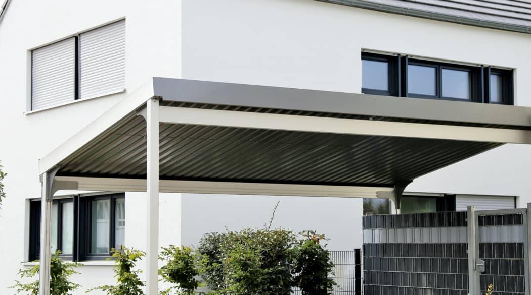Carport-Dach: ein weißer Carport mit Blechdach