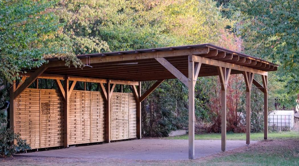 Carport-Dach: ein Carport komplett aus Holz