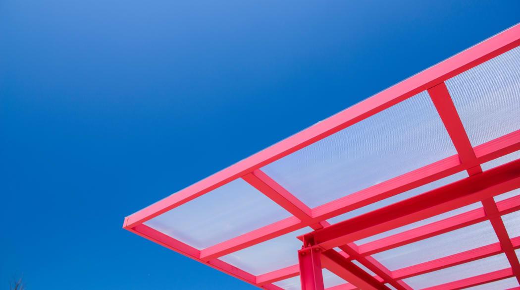 Carport-Dach: ein roter Carport mit Polycarbonat-Dach